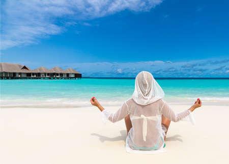looking at view: Spiaggia di vacanza Yoga bella donna godendo vista guardando di spiaggia