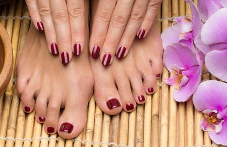 Pedicure en manicure in de salon spa, hand- en voetverzorging Stockfoto