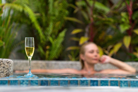 背景にはスイミング プールのそばのシャンパン