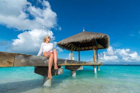 looking at view: Vacanza al mare. Hot bella donna gode di vista dall'aspetto della spiaggia