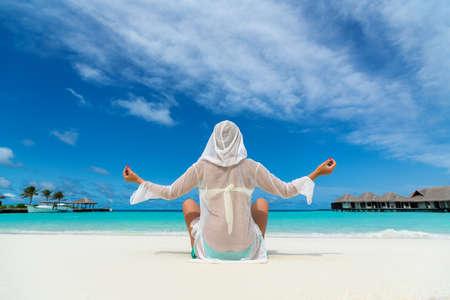 looking at view: Vacanza al mare. Hot bella donna godendo guardando vista della spiaggia dell'oceano su una calda giornata estiva.