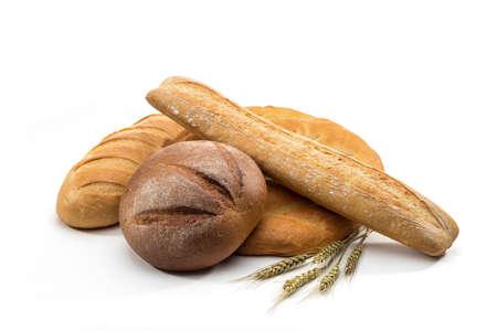 canasta de panes: surtido de pan horneado en la cesta sobre fondo blanco Foto de archivo