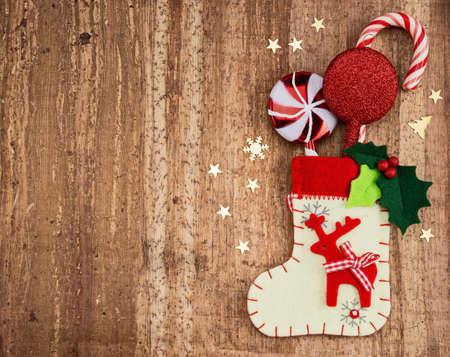 クリスマスの装飾と木の背景に靴下。美しいクリスマス カード。