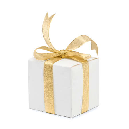 Giftdoos met gouden lintboog op witte achtergrond