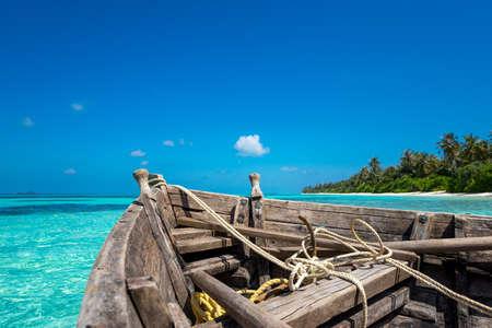完璧な熱帯の島の楽園ビーチ、古いボート