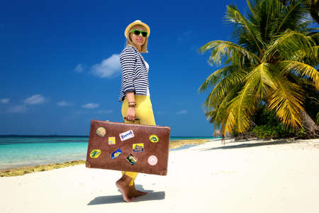 ヴィンテージ スーツケース ビーチで美しい少女 写真素材