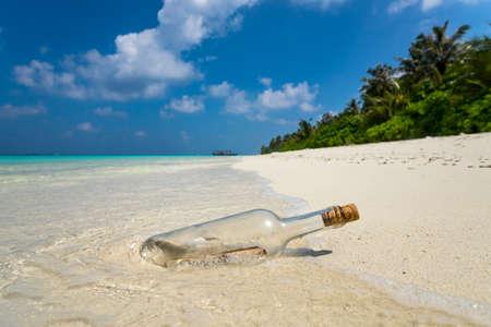 ボトルに入ったメッセージは、熱帯のビーチに漂着。 写真素材