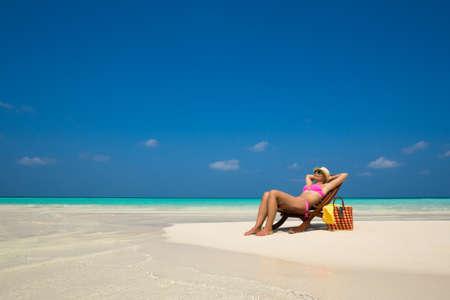 Strandvakantie. Hot mooie vrouw genieten van het kijken uitzicht op het strand Stockfoto - 37660849