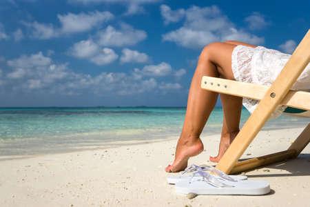 looking at view: Vacanza al mare. Hot bella donna gode di vista guardando di spiaggia