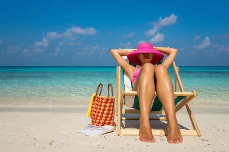海辺での休暇。ビーチの景色を見て楽しんでホット美しい女性