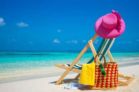Strandstoelen op het witte zandstrand met helder blauwe hemel en zon Stockfoto