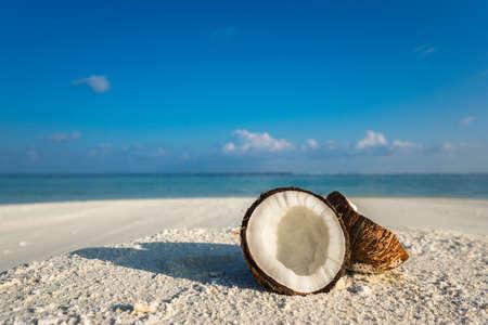 熱帯の島の砂浜のビーチにココナッツを開く 写真素材