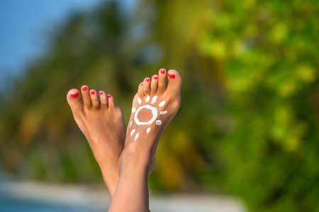 休暇の熱帯のビーチ イメージで足の美しい女性