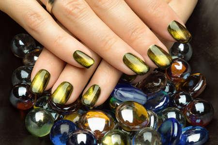 Uñas de la mujer hermosa con manicura agradable con estilo.
