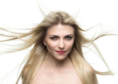 blonde yeux bleus: portrait d'une belle femme blonde avec flottant de cheveux dans le vent isol�