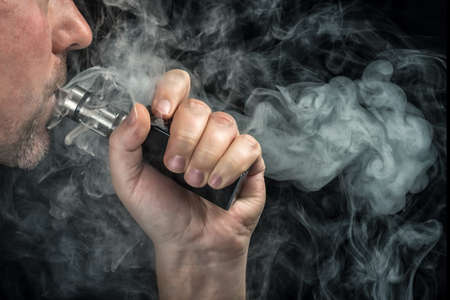 Close-up van een man vaping een elektronische sigaret