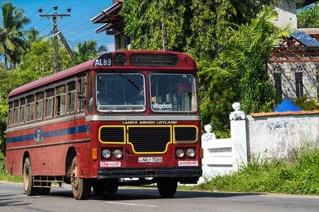 BENTOTA, SRI LANKA - 31 DÉCEMBRE 2015: Bus public régulier. Les bus sont le type de transport public le plus répandu au Sri Lanka. Éditoriale