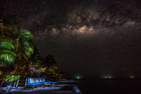 Paesaggio con la galassia di via lattea. Cielo notturno con stelle e mare. Archivio Fotografico