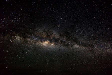 Fond d'espace profond avec stardust et étoile brillante. Milieu cosmique du fond cosmique.
