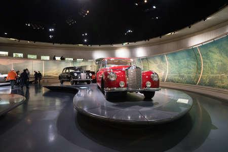 """STUTTGART, ALLEMAGNE - 30 DÉCEMBRE 2018 : Intérieur du musée """"Mercedes Benz Welt"""". Le musée retrace l'histoire de la Mercedes-Benz et des marques associées."""