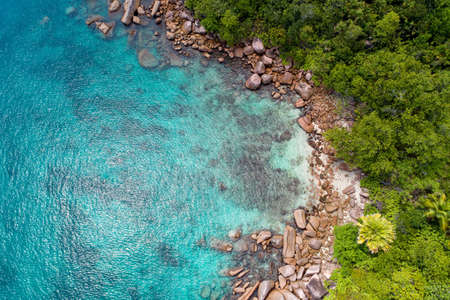 Widok z lotu ptaka na piękną wyspę na Seszelach na Oceanie Indyjskim. Widok z góry z drona