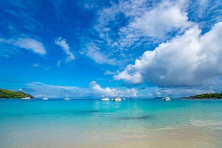Beautiful sandy beach with  turquoise sea on Seychelles. Stockfoto - 126288382