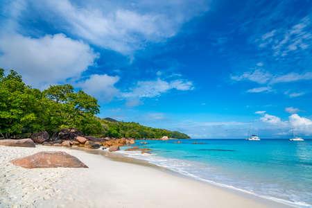 Beautiful sandy beach with  turquoise sea on Seychelles. Stockfoto