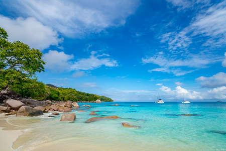 Beautiful sandy beach with  turquoise sea on Seychelles. Stockfoto - 126288445