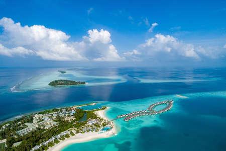 Widok z lotu ptaka na piękną wyspę na Malediwach na Oceanie Indyjskim. Widok z góry z drona.