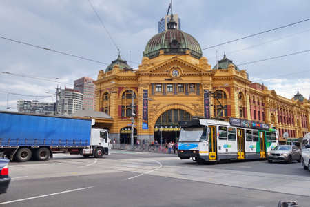 flinders: Busy morning at Flinders Street station in Melbourne, Australia