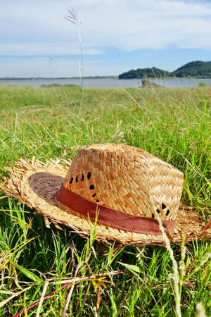 chapeau de paille: Chapeau de paille sur le champ d'herbe