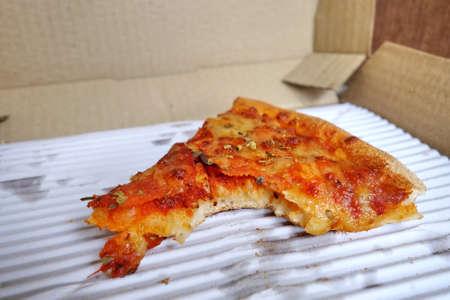 comida italiana: Leftover pizza in box