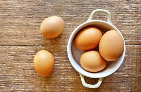 huevo blanco: vista desde arriba de los huevos en un tazón Foto de archivo