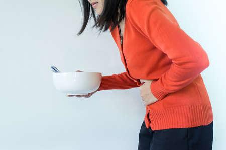Problemas de digestión, mujer con dolor de estómago después de comer, mano femenina sosteniendo su vientre Foto de archivo