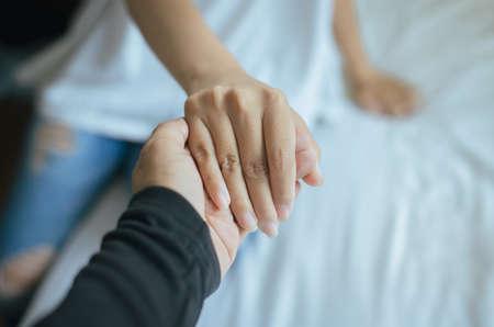 Véritable concept d'amitié, amoureux des couples asiatiques se tenant la main pour encourager en cas de déception ou de problèmes de vie ensemble, Gros plan
