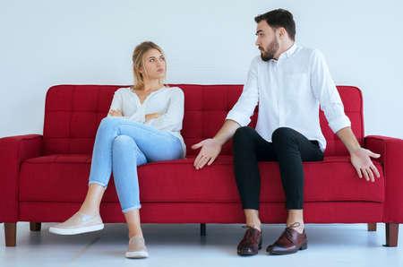 Marido de mal genio peleando con el conflicto de la esposa y dos parejas aburridas en la sala de estar, emociones negativas