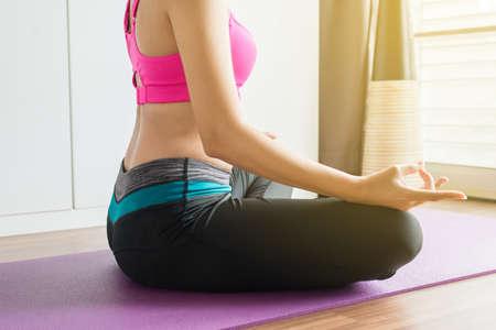 Kobiety siedzące na łóżku praktykujących jogę medytacji, trening po przebudzeniu w domu, koncepcja zdrowego stylu życia, zbliżenie