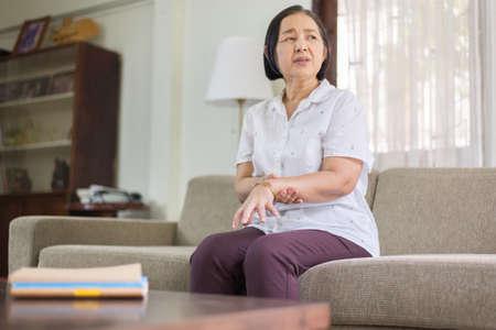 Femme asiatique âgée souffrant de symptômes de la maladie de parkinson sur les mains Banque d'images