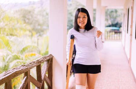 Patiente asiatique utilisant des béquilles et des jambes cassées pour marcher à l'hôpital