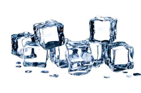 melting: Cubos de hielo aislados sobre fondo blanco