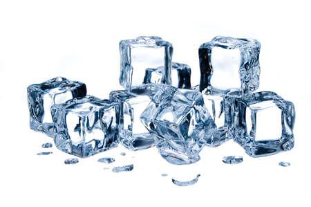 cubos de hielo: Los cubos de hielo aislados sobre fondo blanco Foto de archivo