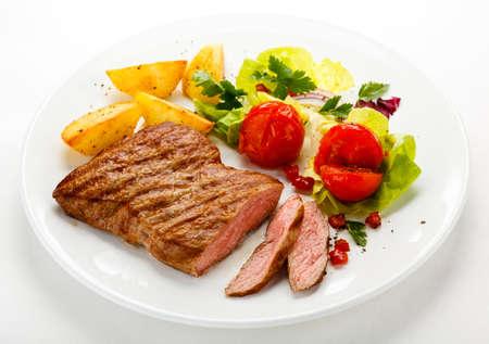 plato de comida: Filete a la plancha y verduras Foto de archivo