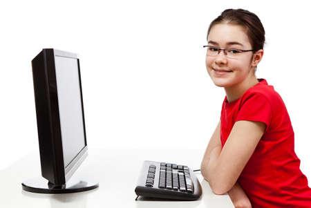 usando computadora: Chica con ordenador aislado en fondo blanco