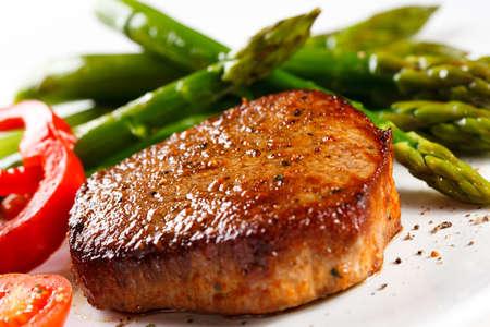 bistecche: Bistecca alla griglia e asparagi Archivio Fotografico