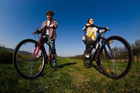 niños en bicicleta: Niña y niño de montar en bicicleta