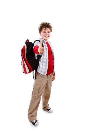 niño con mochila: Estudiante de pie mostrando signo de OK sobre fondo blanco