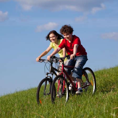 cicla: Chica joven y andar en bicicleta
