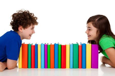 ni�os leyendo: Ni�os aprendizaje aisladas sobre fondo blanco