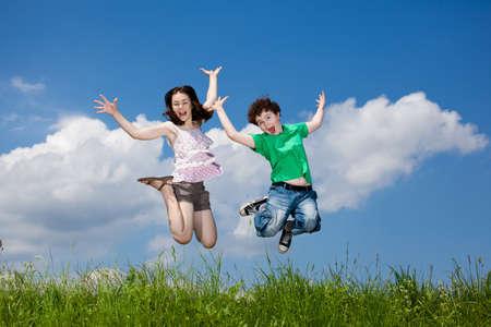 springende mensen: Meisje en jongen rennen, springen outdoor Stockfoto