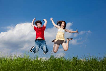 女の子と男の子のランニング、ジャンプ屋外